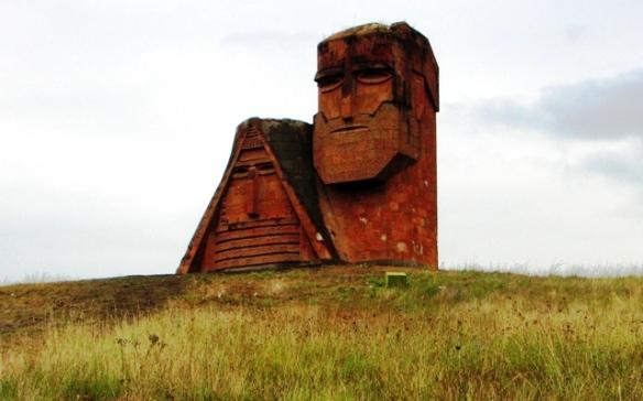 "Monumento ""Noi siamo le nostre montagne"" a Stepanakert, simbolo del Nagorno Karabakh"