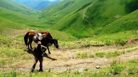 Armenia, pastore sul monte Khustup, regione di Syunik. Foto di Nadia Pasqual.